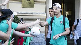 C.Ronaldo neliko abejingas gerbėjams: apdalino asmenukėmis ir autografais