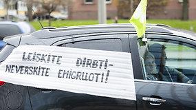 """""""Belorus"""" darbuotojai ir toliau protestuoja – per Gedimino prospektą pajudėjo automobilių kolona"""
