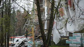 Nuo renovuojamo namo vėjas nuplėšė pastolius – dužo daugiabučio langai