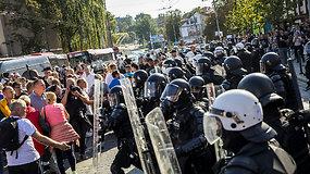 Link Seimo žygiavusiai mitinguotojų miniai kelią pastojo policija