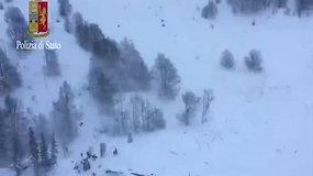 Vaizdai iš oro: Italijoje sniego griūtis užvertė viešbutį