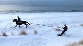Baltijos paplūdimyje – su snieglentėmis ir žirgais