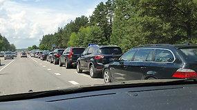 """Prie """"Regitros"""" – įspūdingos automobilių eilės: žmonės bėga nuo registracijos mokesčio?"""