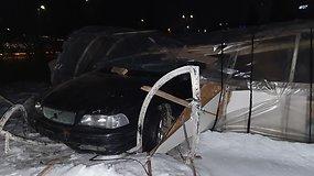 Vakarinį pasivažinėjimą vairuotojas baigė šiltnamyje – didesnių sužalojimų išvengti pavyko