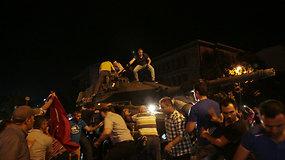 Į gatves išėję civiliai pasipriešino kariškių bandymams perimti valdžią