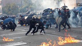 Demokratijos siekiantys protestuotojai išėjo į gatves – policija juos malšina agresyviau
