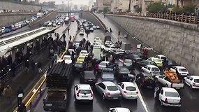 Kruvini protestai internetą išjungusiame Irane: per neramumus jau žuvo šimtai