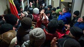 Moldovos sostinėje - chaosas ir minios įsiveržimas į parlamentą
