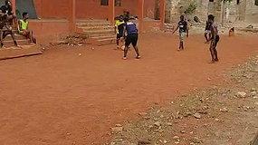 Vaikai, žaidžiantys futbolą Ganos sostinėje Akroje