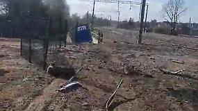 Kaune nuo skardžio nuvažiavo vilkikas – sumaitotas ir BMW automobilis