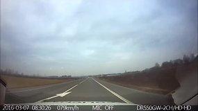 """Nufilmuota, kaip bulgaras prie """"Mercedes Benz"""" vairo spruko nuo policijos"""