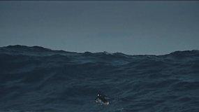 Milžiniškas bangas skrodžiantis banglentininkas Tenerifėje
