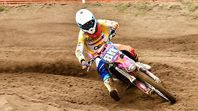 Penkiolikmetė motociklininkė varžybose nosį nušluosto ir labiau patyrusiems