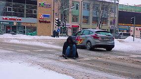Policija 10 minučių stebėjo pėsčiųjų perėją: užfiksuoti vaizdai privertė nerimauti