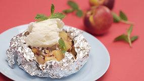 Grilyje keptas desertas: vaisiai su ledais