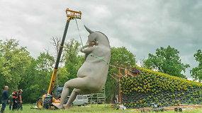 Gėlių festivalyje Pakruojo dvare – provokuojanti 9 metrų aukščio asilo skulptūra