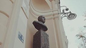 Vilniaus skulptūros: dvasiškas bankininkas, žvelgiantis į praeivius