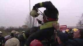 Užgesinę gaisrą Alytuje ugniagesiai netramdė emocijų: į orą mėtė savo vadą