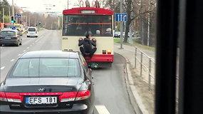 Vilniuje nufilmuotas vaikinas, troleibusu keliavęs lyg voras: sulaukė aplinkinių dėmesio