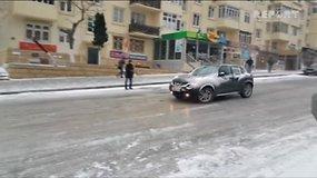 Šaltis į Baku gatves atnešė chaosą – automobiliai slydo lyg čiuožykloje