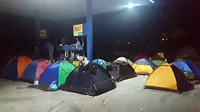 Apleistą degalinę Graikijos pasienyje pabėgėliai pavertė stovykla