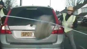 Netikėta: pažeidėjai juos sustabdžiusių pareigūnų automobilį apmėtė plytomis