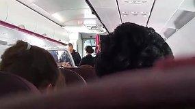 """Butelį degtinės išgėrusį lietuvį iš """"Wizz Air"""" lėktuvo išlaipino anglų pareigūnai"""