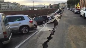 Italijoje kelias su dešimtimis automobilių nugarmėjo į upę