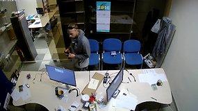 Atpažinkite: Naujamiesčio biure vagis susirinko mobiliuosius telefonus ir dingo