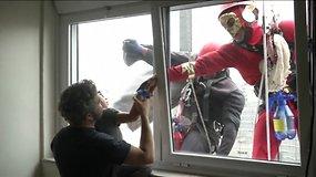 Mažuosius ligonius nudžiugino už lango pasirodę superherojai