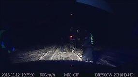 Neblaivų traktoristą pričiupę pareigūnai patys parvairavo jo transporto priemonę