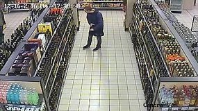 """Telšių parduotuvėje vyras į krepšį prisikrovė viskio, tačiau sumokėti """"užmiršo"""""""