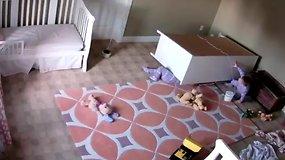 Pamokantis įrašas: komodos prispaustą dvimetį išgelbėjo brolis dvynys