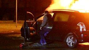 Vyras neišsigando liepsnų ir rizikuodamas gelbėjo svetimus automobilius
