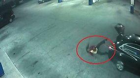 Kameros užfiksavo, kaip pagrobta moteris iššoko iš važiuojančio automobilio bagažinės