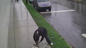 Vagis-nevykėlis: apiplėšęs banką spruko dviračiu, pinigus išbarstė ant šaligatvio