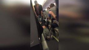Nufilmavo šiurkštų oro kompanijos darbuotojų elgesį su keleiviu