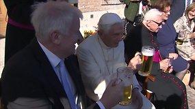 Popiežius emeritas Benediktas XVI per savo gimtadienį vaišinosi alumi