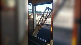 Vilniuje troleibusas važiavo sulūžusiomis durimis