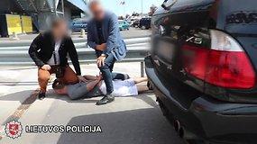 Žaibiška policijos operacija: įtariamieji suimti tiesiog prekybos centro kieme
