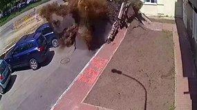 Vaizdo kameros užfiksavo požeminio vandentiekio vamzdžio sprogimą Kijeve