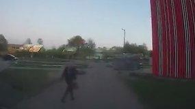 Estijoje nuo pareigūnų sprukusį motociklininką sustabdė jam rankine smogusi moteris