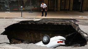 JAV mieste į atsivėrusią smegduobę nugarmėjo automobilis