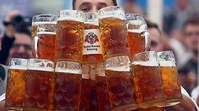 Vokietis parodė talentą nešant dešimtis alaus bokalų ir pasiekė pasaulio rekordą