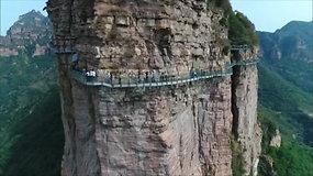 Stiklinis tiltas Kinijoje aižėja tiesiog po turistų kojomis