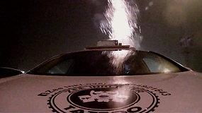 Beprotiškas sumanymas: panevėžietis fejerverkus šaudė nuo važiuojančio automobilio stogo