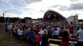 Dainų šventės finalinis vakaras: lietuviškai uždainavę choristai iš viso pasaulio