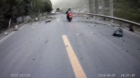 Per plauką nuo nelaimės: Kinijoje ant greitkelio krito akmenys