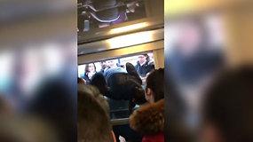 Dėl prasidėjusio streiko Paryžiuje į traukinį žmonės lipo pro langus