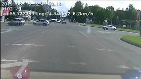 """""""Škoda"""" manevras per raudoną baigėsi avarija Panevėžyje"""